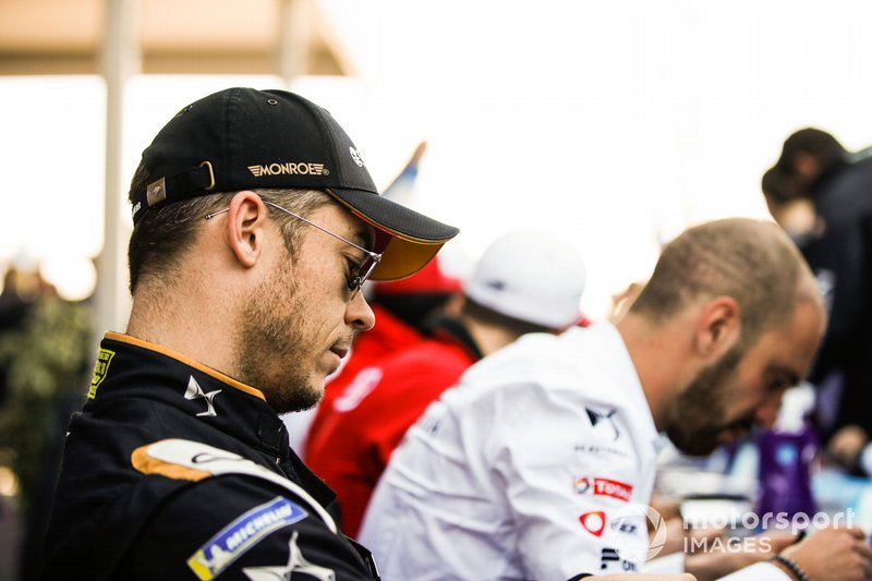 Andre Lotterer, DS TECHEETAH, signs autographs