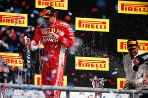 Kimi Raikkonen, Ferrari, 1° classificato, festeggia sul podio, con lo Champagne