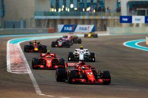 Sebastian Vettel, Ferrari SF71H, precede Kimi Raikkonen, Ferrari SF71H, e Charles Leclerc, Sauber C37, and Daniel Ricciardo, Red Bull Racing RB14