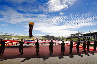 Un énorme drapeau américain lors des célébrations d'avant course