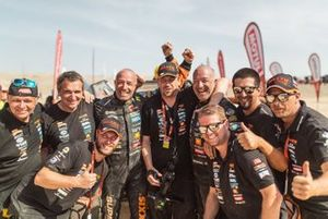 #347 Maxxis Dakar Team: Tim Coronel, Tom Coronel with the team members