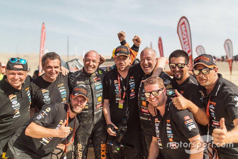 #347 Maxxis Dakar Team: Tim Coronel, Tom Coronel avec les membres de leur équipe