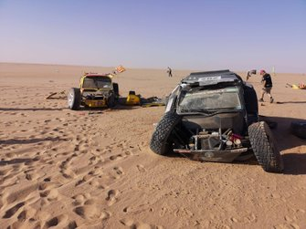 Coches destruidos en el Africa Eco Race, etapa 7