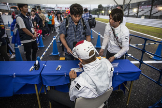 Marcus Ericsson, Sauber signs autographs for fans