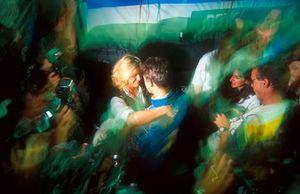 Corinna Schumacher si congratula con Michael Schumacher, Benetton