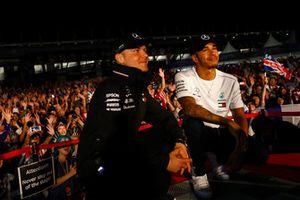 Valtteri Bottas, Mercedes AMG F1, et Lewis Hamilton, Mercedes AMG F1, sur scène
