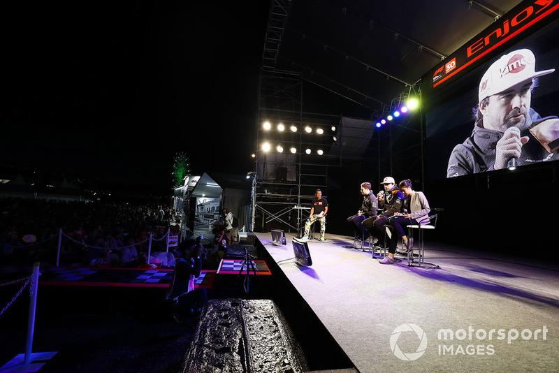 Fernando Alonso, McLaren, y Stoffel Vandoorne, McLaren, en el escenario