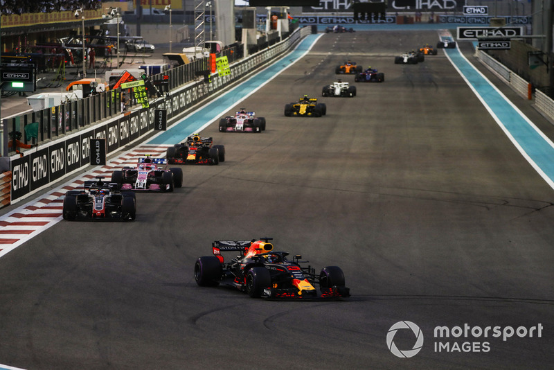 Daniel Ricciardo, Red Bull Racing RB14, precede Romain Grosjean, Haas F1 Team VF-18, Esteban Ocon, Racing Point Force India VJM11, Max Verstappen, Red Bull Racing RB14, Sergio Perez, Racing Point Force India VJM11, e Carlos Sainz Jr., Renault Sport F1 Team R.S. 18