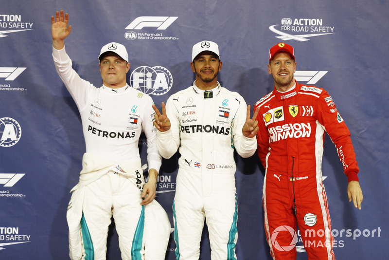 Ganador de la pole Lewis Hamilton, Mercedes AMG F1, segundo Valtteri Bottas, Mercedes AMG F1, y tercero Sebastian Vettel, Ferrari