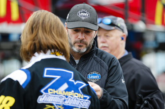 Jimmie Johnson, Hendrick Motorsports, Chevrolet Camaro Lowe's for Pros con un fan