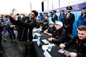 Un fan prend un selfie avec Sébastien Buemi, Nissan e.Dams lors de la séance d'autographes
