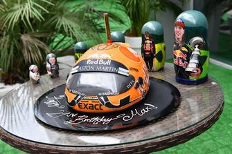 Max Verstappen, Red Bull Racing met verjaardagstaart