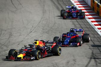 Daniel Ricciardo, Red Bull Racing RB14, devant Brendon Hartley, Toro Rosso STR13, et Pierre Gasly, Scuderia Toro Rosso STR13