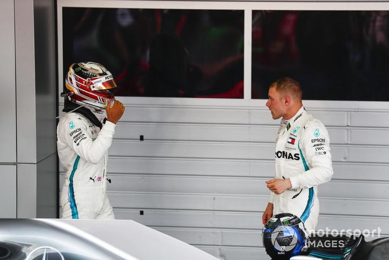 Le vainqueur, Lewis Hamilton, Mercedes AMG F1, félicite Valtteri Bottas, Mercedes AMG F1