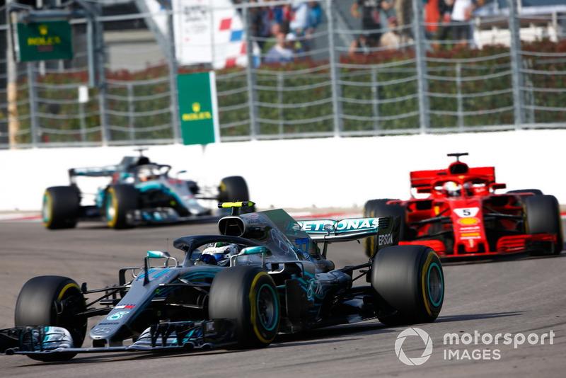 Valtteri Bottas, Mercedes AMG F1 W09, devant Sebastian Vettel, Ferrari SF71H, et Lewis Hamilton, Mercedes AMG F1 W09