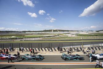 Mitch Evans, Panasonic Jaguar Racing, Jaguar I-Type 3 e Nelson Piquet Jr., Panasonic Jaguar Racing, I-Type 3, lasciano la pit lane