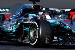 Lewis Hamilton, Mercedes AMG F1 W09, saluta i tifosi