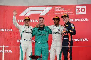 Valtteri Bottas, Mercedes AMG F1, Matt Deane, Chief Mechanic Mercedes AMG F1, Lewis Hamilton, Mercedes AMG F1 e Max Verstappen, Red Bull Racing, festeggiano sul podio