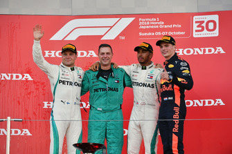 Valtteri Bottas, Mercedes AMG F1, Matt Deane, Mercedes AMG F1 Chief Mechanic, Lewis Hamilton, Mercedes AMG F1 and Max Verstappen, Red Bull Racing celebrate on the podium