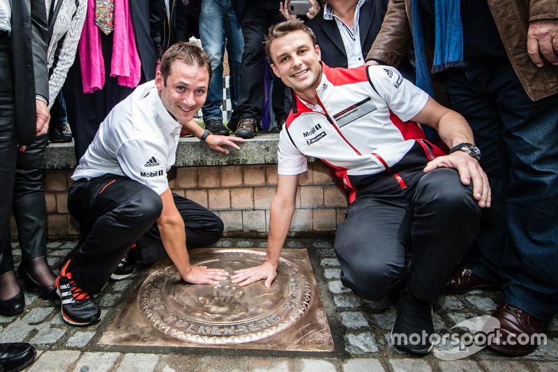 Os vencedores das prova em 2015, Nick Tandy e Earl Bamber, deixam as mãos registradas na calçada da fama de Le Mans.