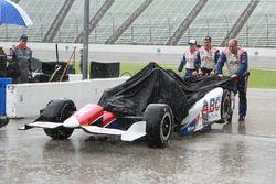 Miembros del equipo A.J. Foyt Enterprises en la lluvia