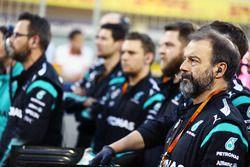 Mercedes AMG F1 mecánicos en la parrilla