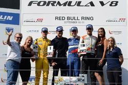 Podium: ganador, Matthieu Vaxivière, SMP Racing, segundo, Louis Deletraz, Fortec Motorsports, tercer