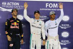 Los tres primeros calificados en parc ferme: Daniel Ricciardo, Red Bull Racing, segundo; Nico Rosber
