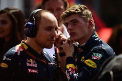 Max Verstappen, Red Bull Racing avec Gianpiero Lambiase, son ingénieur de course Red Bull Racing, sur la grille