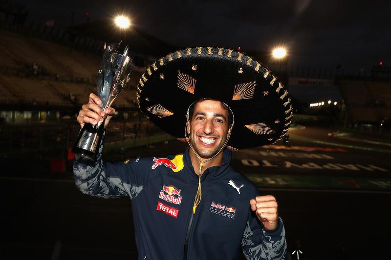 Ricciardo, pese a que no tuvo su tradicional shoey, recogió horas más tarde su trofeo como nuevo tercer clasificado del GP de México