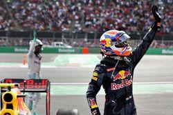 Max Verstappen, Red Bull Racing salue le public dans le parc fermé