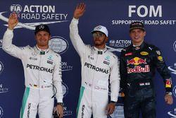 Los tres calificados en parc ferme: Nico Rosberg, Mercedes AMG F1, segundo; Lewis Hamilton, Mercedes