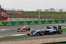 Lewis Hamilton, Mercedes AMG F1 W07 Hybrid sort large alors que Sebastian Vettel, Ferrari SF16-H passe