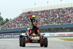 Tim Coronel demuestra un Buggy de Dakar