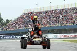 Tim Coronel geeft demonstratie met de Dakar Buggy
