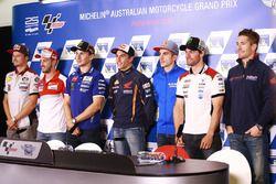 Conferencia de prensa foto de grupo de los pilotos