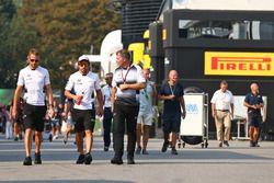 Jenson Button, McLaren con Fernando Alonso, McLaren y Dave Redding, Director Sporting McLaren