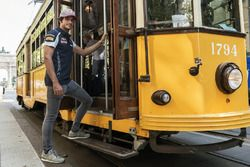 Carlos Sainz Jr. se mete en el tranvía histórico de Milano
