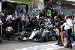 Победитель гонки - Нико Росберг, Mercedes AMG F1 празднует на въезде в закрытый парк