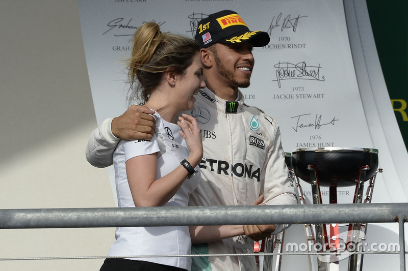 Victoria Vowles, directora de Servicios de socios del equipo Mercedes AMG F1, junto a Lewis Hamilton en el podio del Gran Premio de los Estados Unidos de 2016.