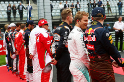 Nico Rosberg, Mercedes AMG F1 avec Max Verstappen, Red Bull Racing alors que la grille écoute l'hymne national