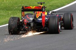 Daniel Ricciardo, Red Bull Racing RB12 envoie des étincelles en l'air