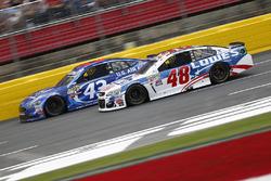 Jimmie Johnson, Hendrick Motorsports Chevrolet, et Aric Almirola, Richard Petty Motorsports Ford
