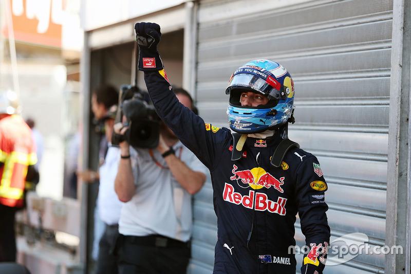 Daniel Ricciardo, Red Bull Racing festeggia la sua pole position nel parco chiuso