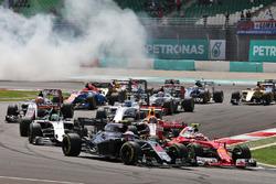 Jenson Button, McLaren MP4-31 et Kimi Raikkonen, Ferrari SF16-H au départ