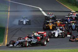 Льюис Хэмилтон, Mercedes AMG F1 Team W07 на старте гонки