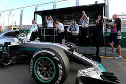 Sieger Nico Rosberg, Mercedes AMG F1 Team W07 in der Boxengasse