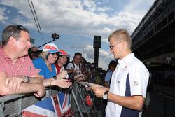 Marcus Ericsson, Sauber F1 Team signe des autographes pour les fans
