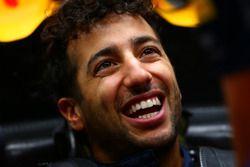 Texto traducido Daniel Ricciardo, sonrisas de Red Bull Racing como se sienta en su coche en el gara