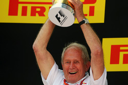 Dr Helmut Marko, consultant Red Bull Motorsport fête la victoire sur le podium